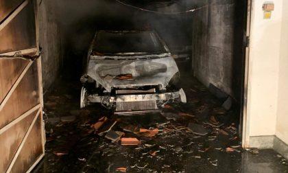 Incendio nei garage, tre vetture distrutte