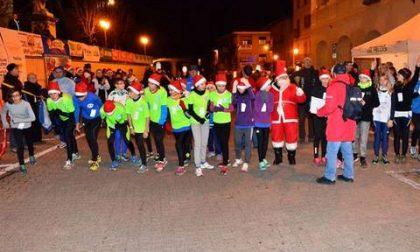 Runners e i walkers Babbi Natale pronti per la corsa podistica in notturna