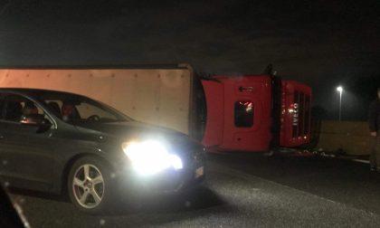 Camion ribaltato sull'A4, autostrada bloccata