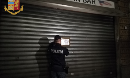 Persone con precedenti all'interno del bar, i poliziotti chiudono la caffetteria