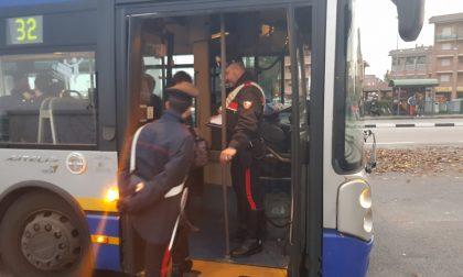 Ubriaco spacca il vetro del bus con un martelletto d'emergenza
