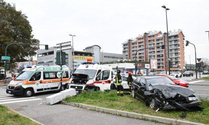 Auto contro ambulanza, sei feriti LE FOTO