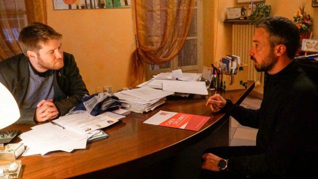 Gira l'Italia a piedi per parlare di Sclerosi multipla, Marco Osky Togni ricevuto dal sindaco a Gassino VIDEO