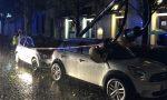 Lampione cade su due auto davanti alla stazione di Chivasso FOTO E VIDEO