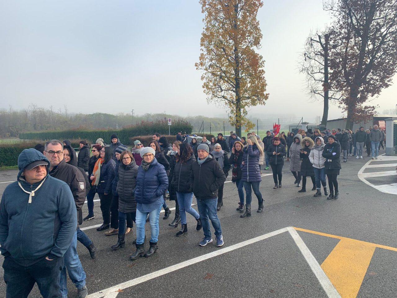 Crisi LivaNova, lavoratori in sciopero per la fumata nera a Confindustria ieri, mercoledì 27 novembre 2019. L