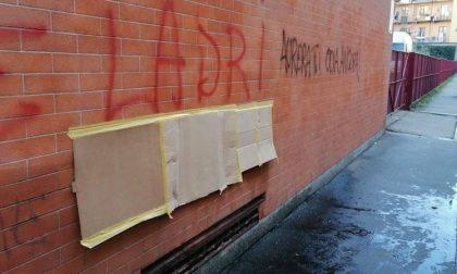 Scritte contro il consigliere comunale sui muri di casa sua LE FOTO