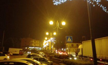 Luminarie natalizie accese lungo la strada 590