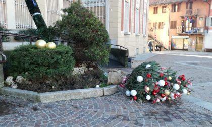 Vento abbatte dehors e gli addobbi di Natale a Settimo LE FOTO