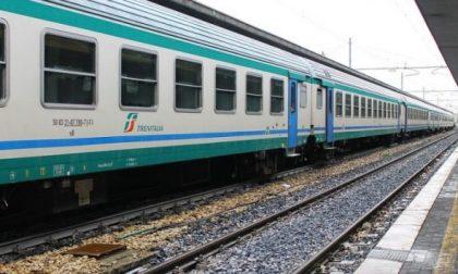 Lanciano sassi contro i treni: caccia alla banda della Chivasso-Aosta