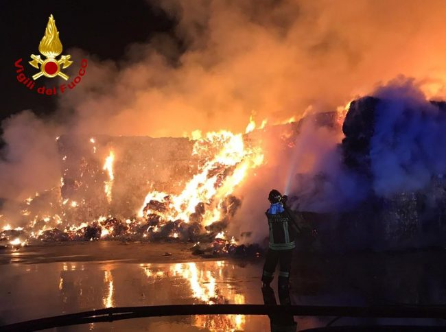 Maxi incendio in una fabbrica che tratta rifiuti LE FOTO