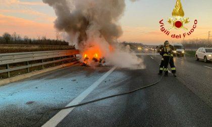 Incendio auto lungo l'autostrada A4 Torino-Milano