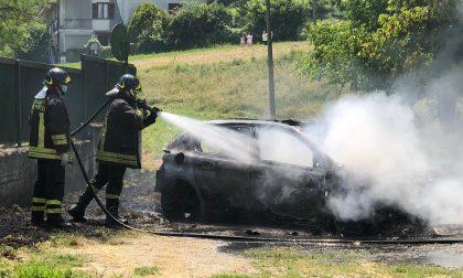 Auto distrutta dalle fiamme a Lauriano, giallo sulle cause LE FOTO