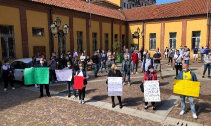 Ambulanti del mercato di Chivasso manifestano nella piazza del Comune