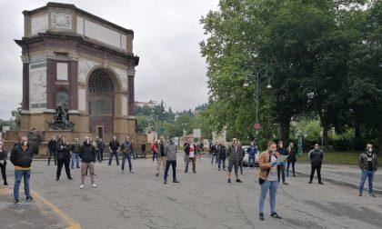Mascherine tricolori in piazza a Torino