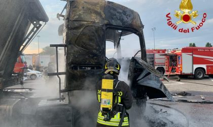 Camion in fiamme in autogrill, ustionato autista
