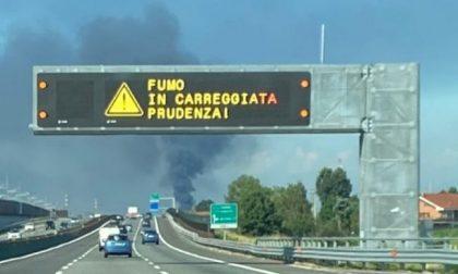Maxi incendio a Settimo, messaggi di allerta sull'A4