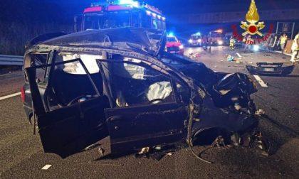 Scontro in autostrada tra due auto: 5 feriti