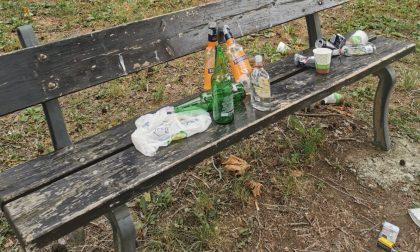 Bottiglie di birra e superalcolici vuote al parco giochi: che vergogna