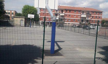 La denuncia: «Il campo da basket era chiuso ma i ragazzi entravano lo stesso»