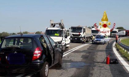 Violento incidente tra un'auto e un furgone: morta una donna