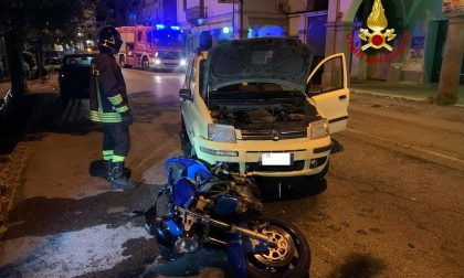 Dopo l'incidente la moto rimane incastrata sotto l'auto: centauro in ospedale