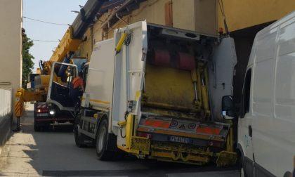 Una voragine davanti alla chiesa, il camion dei rifiuti sprofonda LE FOTO