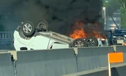 Auto si ribalta e prende fuoco sulla tangenziale di Torino: 4 feriti