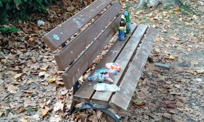 Parco della stazione di Montanaro tra bottiglie abbandonate e cartacce