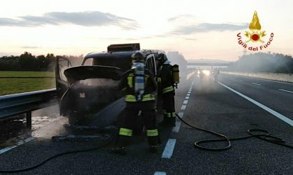 Camioncino a fuoco sull'autostrada A4 Torino-Milano