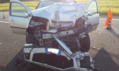Incidente sulla Torino-Aosta, auto tampona un tir