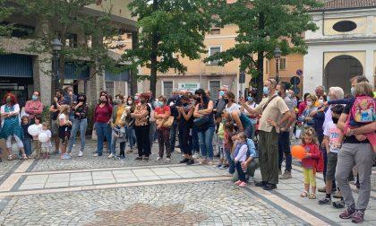Scuola chiusa, genitori in piazza: fischi e urla contro il sindaco I VIDEO