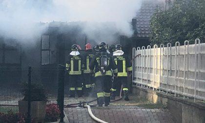 Cinque garage distrutti dalle fiamme a Brandizzo – I video