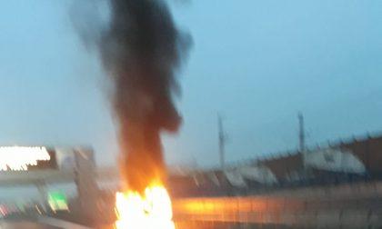 Auto della Cri in fiamme sulla A4 tra Chivasso e Brandizzo