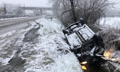 Massima allerta sulle strade, auto fuori strada per la neve