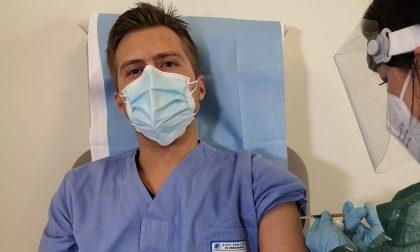 Vaccino Covid, fake news dei No Vax sull'infermiere e consigliere