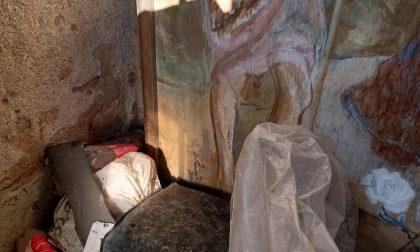 Cappella votiva invasa da rifiuti