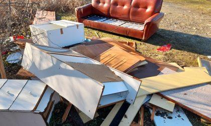Rifiuti abbandonati, adesso ci sono anche mobili e divani