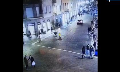 Il video dell'auto impazzita in fuga dai carabinieri tra la gente che passeggia