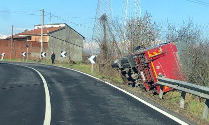 Camion fuori strada lungo la provinciale