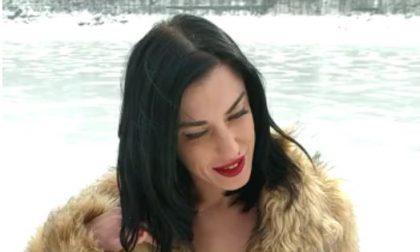 Attrice porno va al lago alla ricerca del pene gigante
