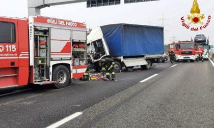 Incidente in tangenziale, camionista incastrato tra le lamiere