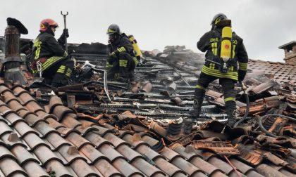 Brucia il tetto di una casa LE FOTO