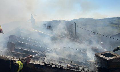 Incendio tetto in una casa in frazione