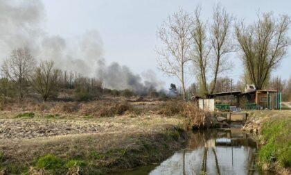 Incendio collinetta vicino al lago LE FOTO