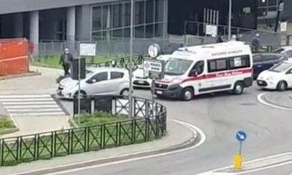 Caos Pronto soccorso, un'ambulanza rimane bloccata dalle auto IL VIDEO