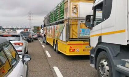 Giostrai in protesta contro le chiusure: bloccano la Tangenziale
