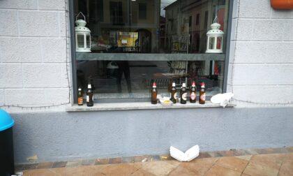 Festa abusiva in piazza: oltre a mangiare e bere, urinano pure sui muri delle case LE FOTO
