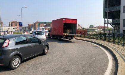 Parcheggio selvaggio sulla rotatoria dell'ospedale di Chivasso