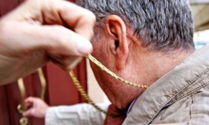 Con la scusa di chiedere informazioni, strappano la collana ad un anziano