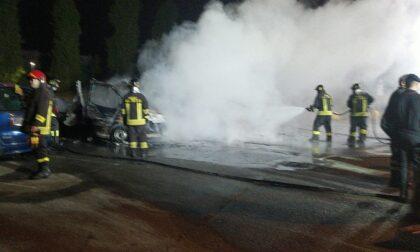 Incendio vicino al parco giochi: distrutti due camper e un'auto LE FOTO